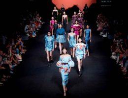 Modelos desfilando en Mercedes Benz Fashion Week